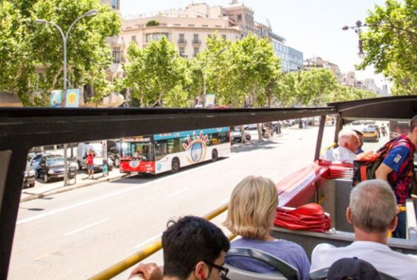 Tourist bus to discover Barcelona with kids